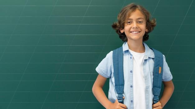 バックパックとコピースペースの少年