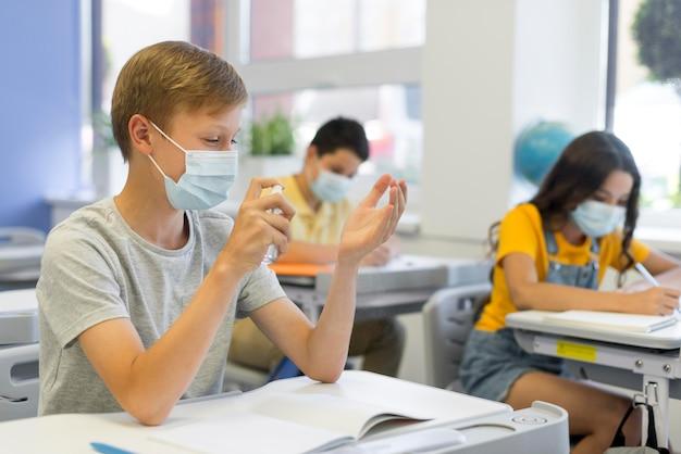 クラスでマスクを着ている子供たち
