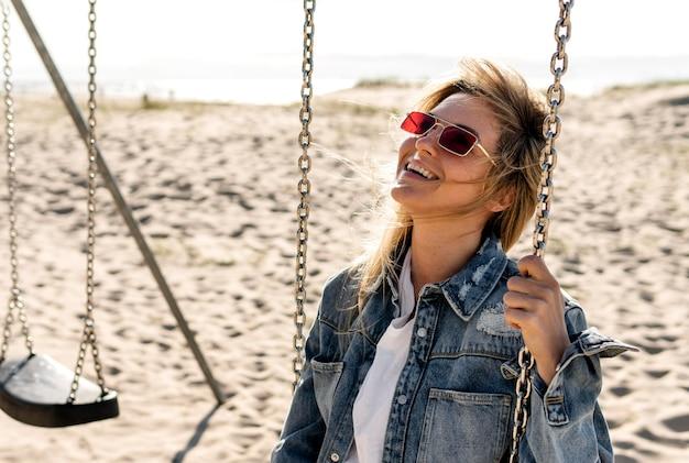 Средний снимок счастливая женщина на качелях
