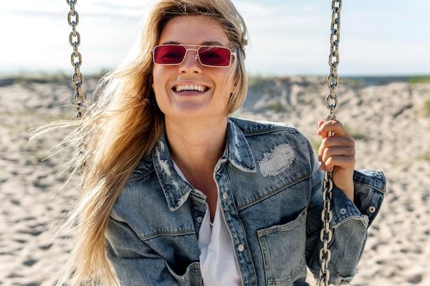Женщина с очками на качелях
