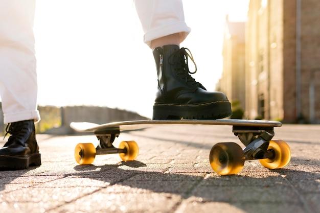 スケートボードのクローズアップ足