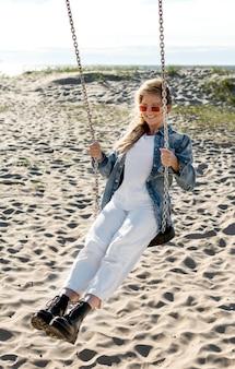 Счастливая женщина на пляже полный выстрел