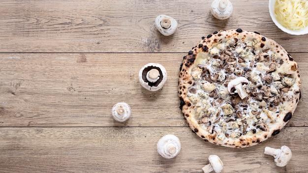 トップビューおいしいキノコのピザ