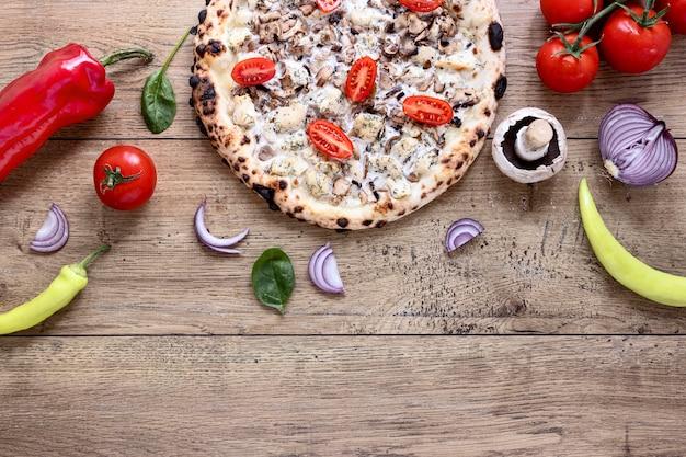 トップビューのキノコとトマトのピザ