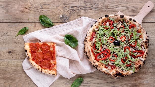フラット横たわるおいしいピザ組成