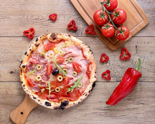 木製の背景にフラットレイアウトのおいしいピザ