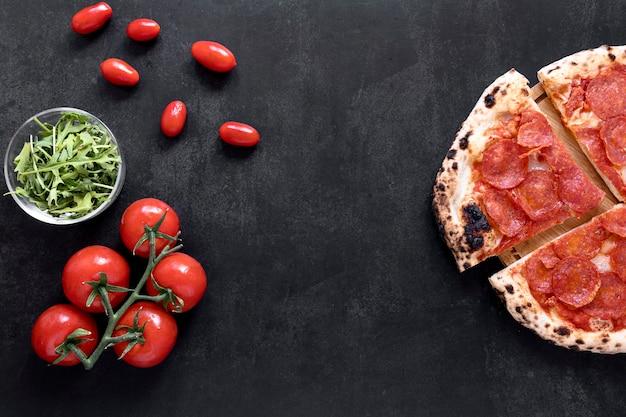 漆喰の背景の上から見るピザ