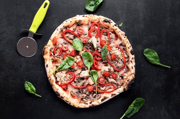 漆喰背景にピザの品揃え