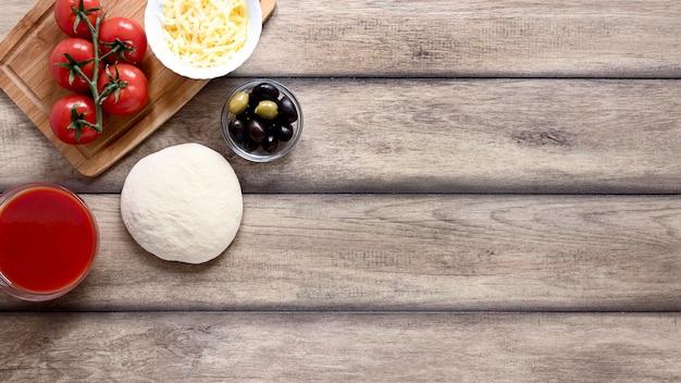 木製の背景の上から見る食品フレーム