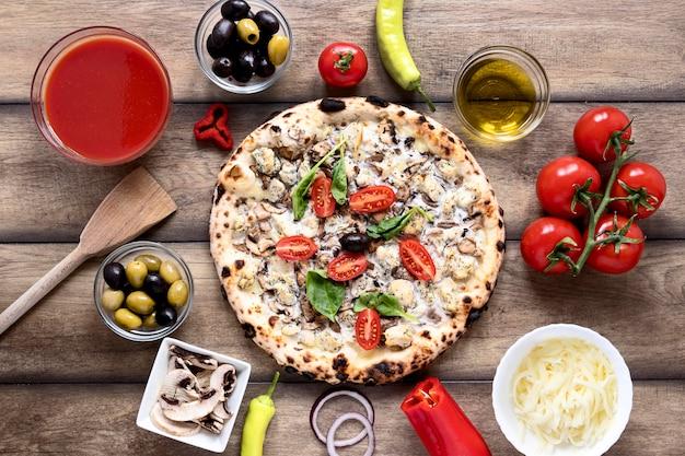 上のソースのピザ