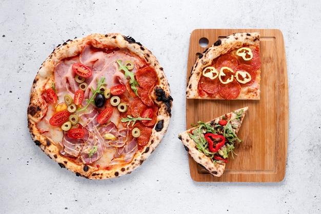 Вкусная пицца на цементном фоне