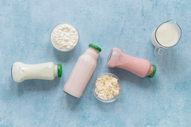 Вид сверху молочные бутылки на синем фоне