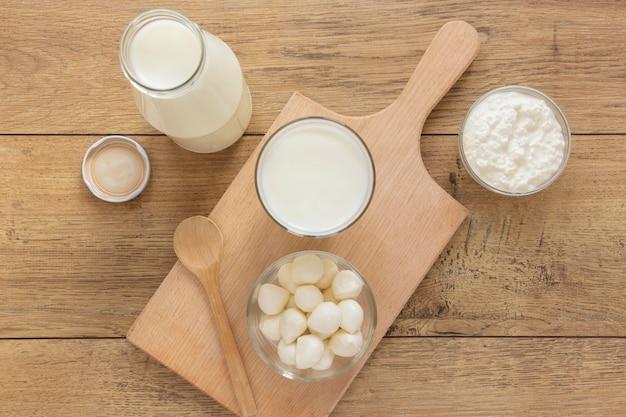 Вид сверху молоко на деревянном фоне