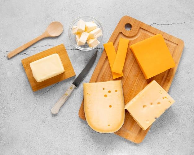 Вид сверху на сырный ассортимент