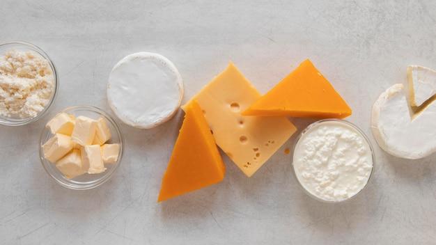 Молочные продукты на цементном фоне