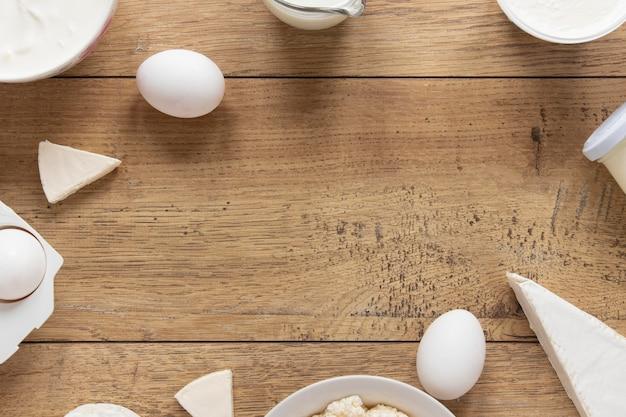 木製の背景を持つ食品円形フレーム