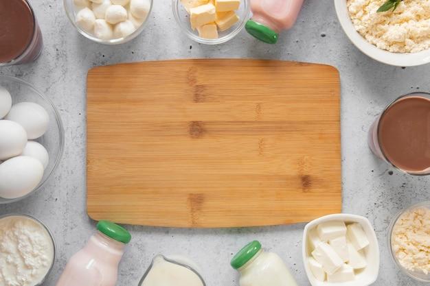 木の板とトップビューの乳製品