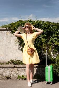 ドレスのポーズでフルショットの女性