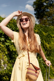 Счастливая женщина позирует на природе