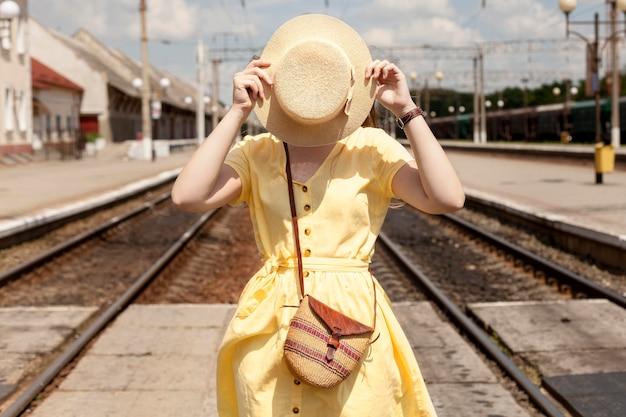 Турист среднего размера позирует в шляпе