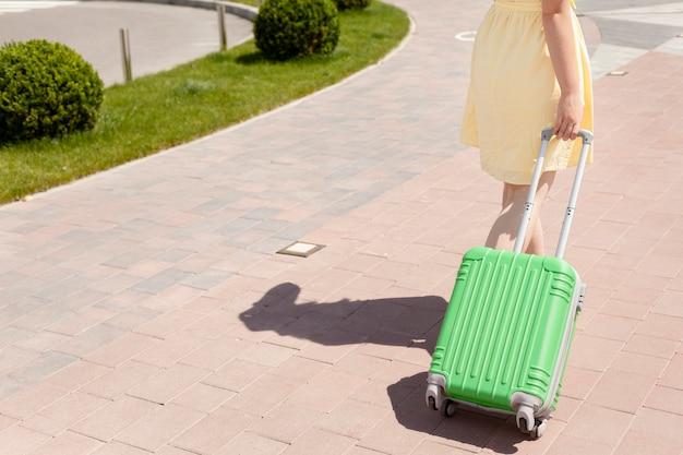 荷物を運ぶクローズアップの観光客