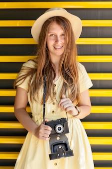 Средний снимок девушка с камерой