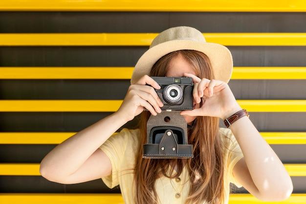 Средний снимок женщина делает фотографии