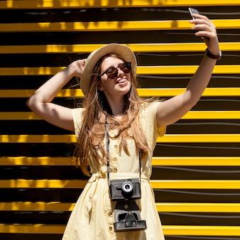 Средний снимок девушки, принимающей селфи