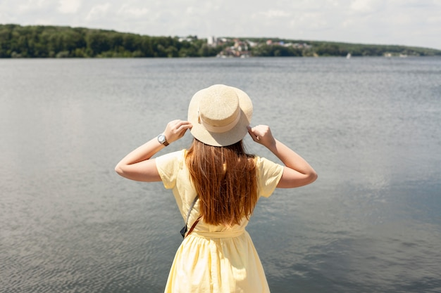 Вид сзади женщина возле озера