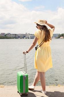 手荷物近くのフルショットの女性