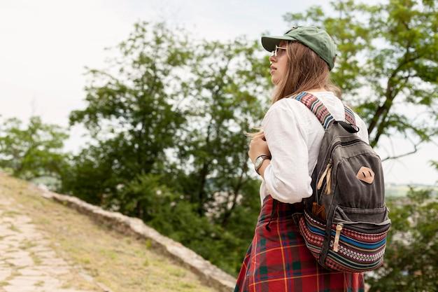 バックパックを身に着けているミディアムショットの女性