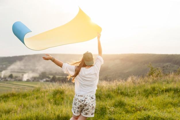 Средний выстрел женщина держит коврик для йоги