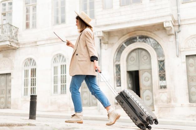 荷物を運ぶローアングルの女性