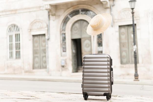 Туристический багаж в городе