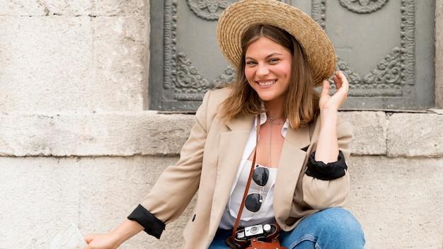 ミディアムショットの笑顔の女性の帽子