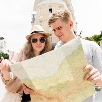 Средний снимок пара смотрит на карту