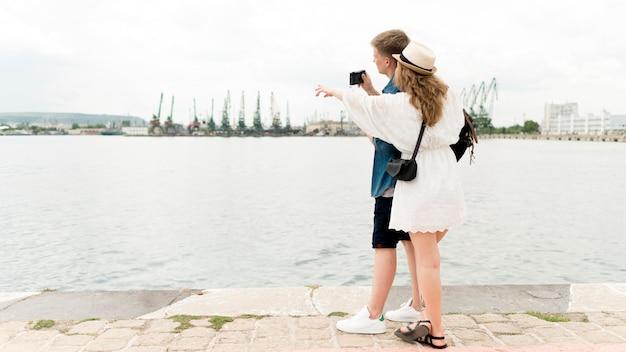 フルショットのカップル撮影