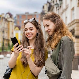 Подружки проверяют мобильный