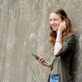 コピースペースの女性が音楽を聴く