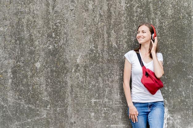 Женщина в наушниках слушает музыку