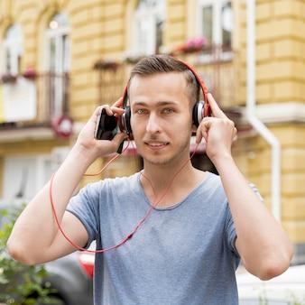 ヘッドフォンを持つ肖像画男