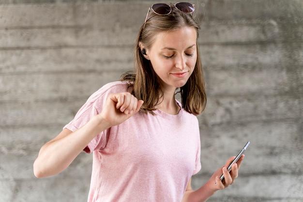 Женщина с мобильным танцем