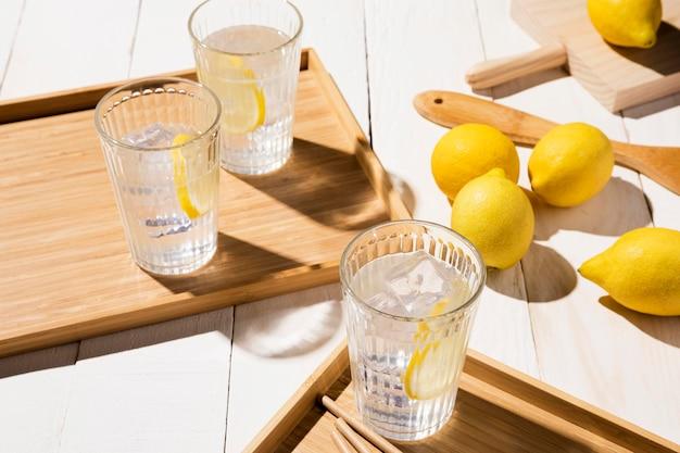 トレイにレモンを飲むガラス