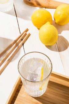 新鮮なレモネードとガラス