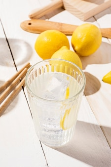 テーブルの上の新鮮なレモネードとガラス
