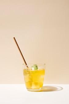 新鮮な飲み物とストローでグラス
