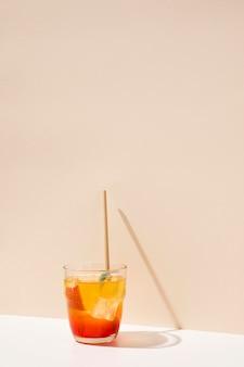 ストローで桃の新鮮な飲み物
