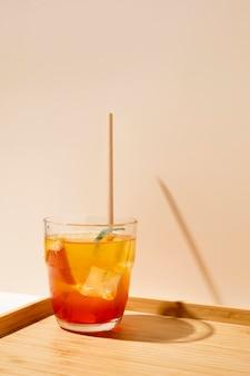 トレイに桃の新鮮な飲み物