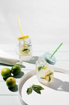 柑橘系の新鮮な飲み物とグラス