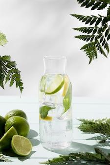 机の上の新鮮なレモンとライムの瓶